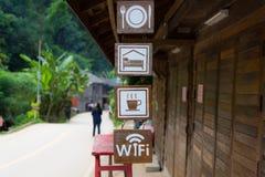 Schöne lächelnde Frau, die großes leeres Zeichen der Visitenkarte/des Leerzeichens anhält Stockbild
