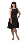 Schöne lächelnde Frau in einem schwarzen Kleid lizenzfreie stockfotografie