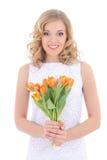 Schöne lächelnde Frau mit Blumenstrauß von den orange Blumen lokalisiert Lizenzfreies Stockbild