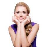 Schöne lächelnde Frau mit dem langen blonden gelockten Haar Stockfotos