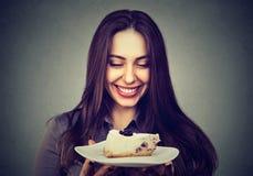 Schöne lächelnde Frau mit einem Kuchen lizenzfreies stockfoto