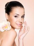 Schöne lächelnde Frau mit gesunder Haut Stockbilder