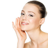 Schöne lächelnde Frau mit sauberer Haut Lizenzfreie Stockfotografie