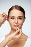 Schöne lächelnde Frau mit Schönheits-Gesicht Augenbrauen-Korrektur stockbilder