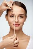 Schöne lächelnde Frau mit Schönheits-Gesicht Augenbrauen-Korrektur stockfotos