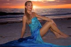 Schöne lächelnde Frau am Sonnenuntergang Lizenzfreie Stockfotografie