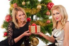 Schöne lächelnde Frauen und der Weihnachtsbaum Lizenzfreie Stockfotos