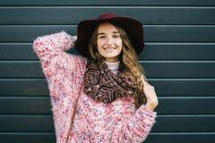 Schöne lächelnde glückliche Frau im Hut Retro- Art und Weise Sommerhut mit großem Rand über dunkelblauem Hintergrund Lizenzfreie Stockfotos