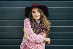 Schöne lächelnde glückliche Frau im Hut Retro- Art und Weise Sommerhut mit großem Rand über dunkelblauem Hintergrund Stockfotos