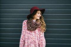 Schöne lächelnde glückliche Frau im Hut Retro- Art und Weise Sommerhut mit großem Rand über dunkelblauem Hintergrund Lizenzfreies Stockbild