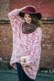 Schöne lächelnde glückliche Frau im Hut Retro- Art und Weise Sommerhut mit großem Rand über Wandhintergrund Stockfotos