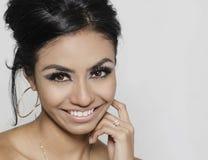 Schöne lächelnde glückliche junge Frau stockbilder