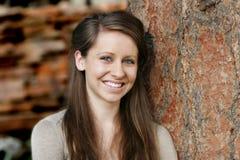 Schöne, lächelnde junge Frau Lizenzfreie Stockbilder