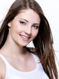 Schöne lächelnde junge Frau Lizenzfreies Stockbild