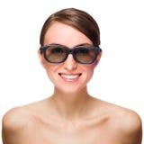 Schöne lächelnde junge Frau in den schwarzen Gläsern Lizenzfreie Stockfotografie