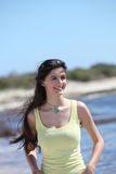 Schöne lächelnde junge Frau an der Küste Stockbilder