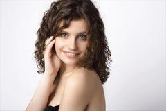 Schöne lächelnde junge Frau. Getrennt über Weiß stockfoto