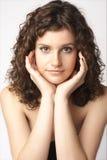 Schöne lächelnde junge Frau. Getrennt über Weiß Lizenzfreie Stockbilder