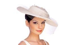 Schöne lächelnde junge Frau mit Hut und Schleier stockfotografie