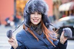 Schöne lächelnde junge Frau Winterkonzept der Winterzeit im im Freien lizenzfreies stockbild