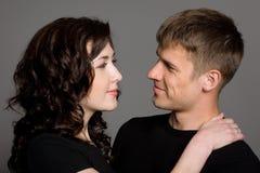 Schöne lächelnde junge Paare Lizenzfreie Stockfotos