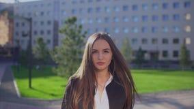 Schöne lächelnde kaukasische Geschäftsfrau oder Studentin, Frau, die herein Kamera, professionellen weiblichen Rechtsanwalt betra stock footage