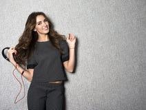 Schöne lächelnde langhaarige DJ-Frau mit Schwarzem Stockfoto