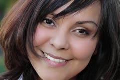 Schöne lächelnde Latina-Frau stockfotografie