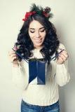Schöne lächelnde Mädchengeschenktaschen lokalisiert Stockfotos