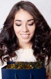 Schöne lächelnde Mädchengeschenktaschen lokalisiert Stockfoto