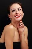 Schöne lächelnde Make-upfrau mit dem roten Lippenstift, der glücklich schaut Lizenzfreie Stockbilder