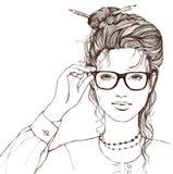 Schöne lächelnde rührende Gläser des Mädchens auf weißem Hintergrund Lizenzfreie Stockfotos