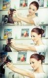 Schöne, lächelnde rote Haarfrau, die Fotos von mit einer Kamera macht Moderne attraktive Frau, die ein Selbstporträt nimmt Stockfotografie