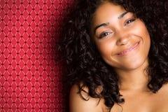 Schöne lächelnde schwarze Frau stockbilder