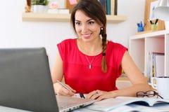 Schöne lächelnde Studentin, die on-line-Bildungsservice verwendet Stockbilder