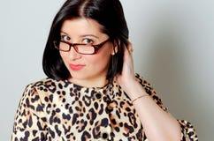 Schöne lächelnde tragende Gläser der Frau Stockfotografie