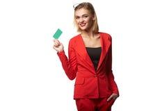 Schöne lächelnde tragende Schauspiele der Geschäftsfrau und im r lizenzfreies stockfoto
