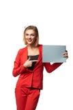 Schöne lächelnde tragende Schauspiele der Geschäftsfrau und im r lizenzfreie stockbilder