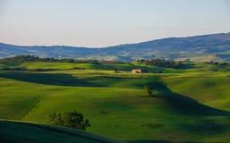 Schöne ländliche Landschaft in Toskana mit gewellten Hügeln und im Haus im Abstand stockfoto