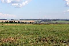 Schöne ländliche Landschaft und blauer Himmel Stockfotos