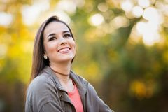 Schöne lachende Frau lizenzfreie stockbilder