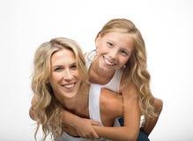 Schöne lachende Mutter und Kinderspiel zusammen Lizenzfreie Stockfotos