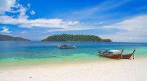 Schöne Lagune mit longtail Boot. Thailand stockbild