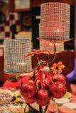Schöne Lampe mit Spielwaren auf einem undeutlichen Hintergrund stockbild