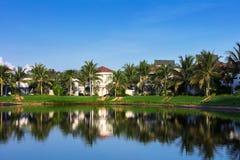 schöne Landhäuser auf Ufer von See lizenzfreies stockfoto