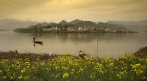 Schöne Landlandschaft in einem See, China Lizenzfreies Stockfoto