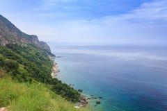Schöne Landschaft, Ansicht der grünen Klippen und das adriatische Meer Lizenzfreies Stockbild