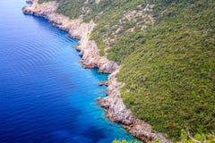 Schöne Landschaft, Ansicht der grünen Klippen und das adriatische Meer Lizenzfreie Stockbilder