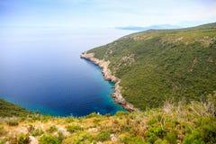 Schöne Landschaft, Ansicht der grünen Klippen und das adriatische Meer Stockfotografie