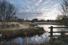 Schöne Landschaft auf eisigem Wintermorgen von Aalreusen über f Stockfotos